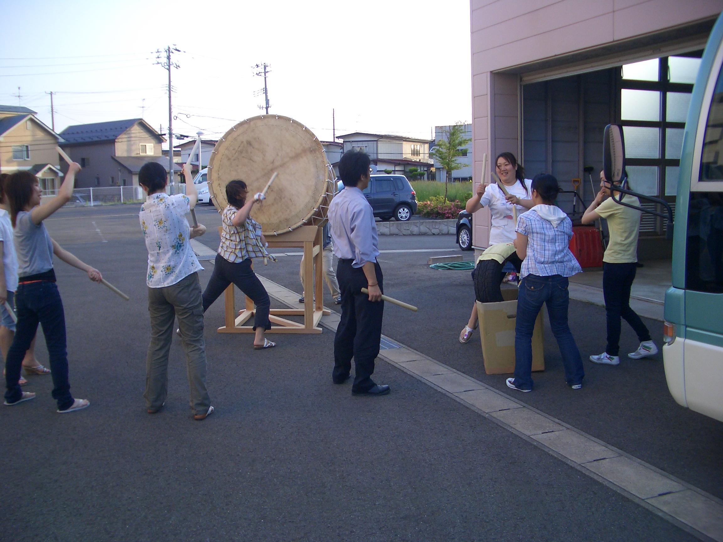 車庫前で囃子の練習