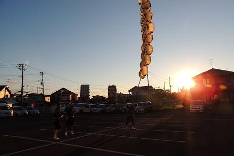 夕日を背景に練習